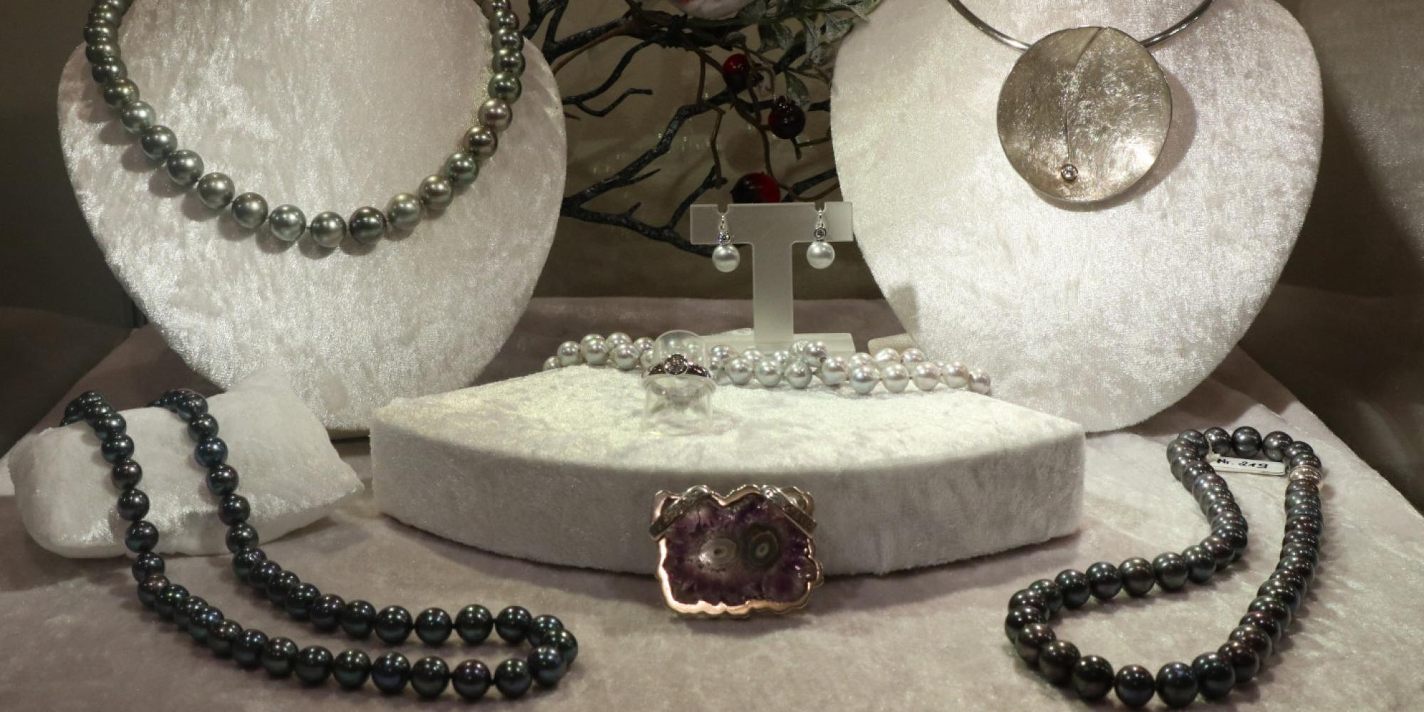2021-01-03.Vitrine.Tahiti.Suesswasser.Perlen.Goldschmiede.Mace.1520×718